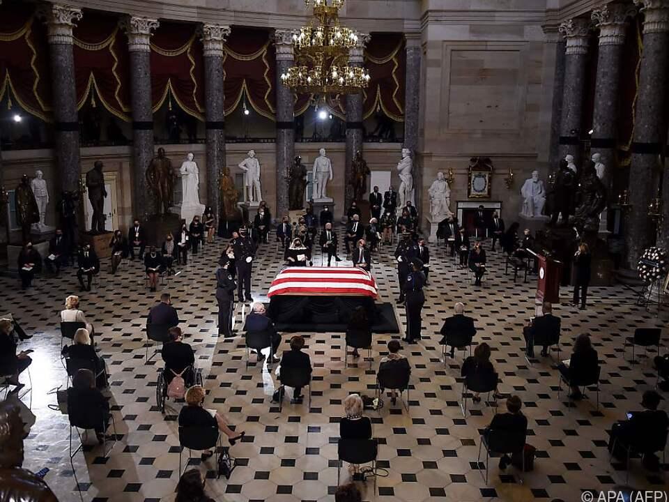 Sarg mit US-Flagge in der Statuen-Halle im Kongressgebäude