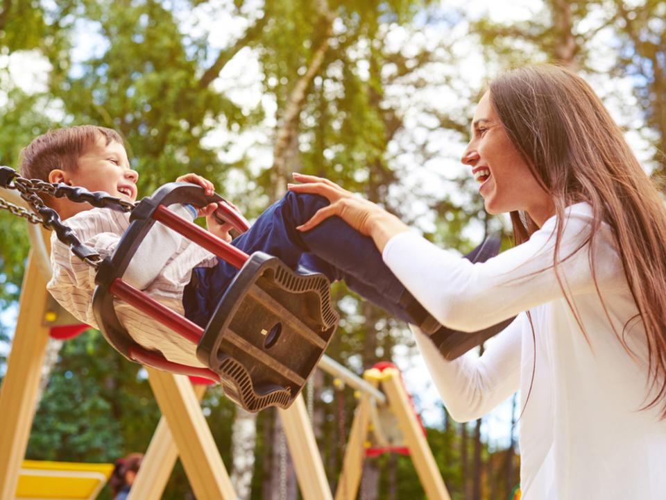 schaukel kind kinder spielplatz kinderbetreuung kindergarten spielen mutter eltern familie