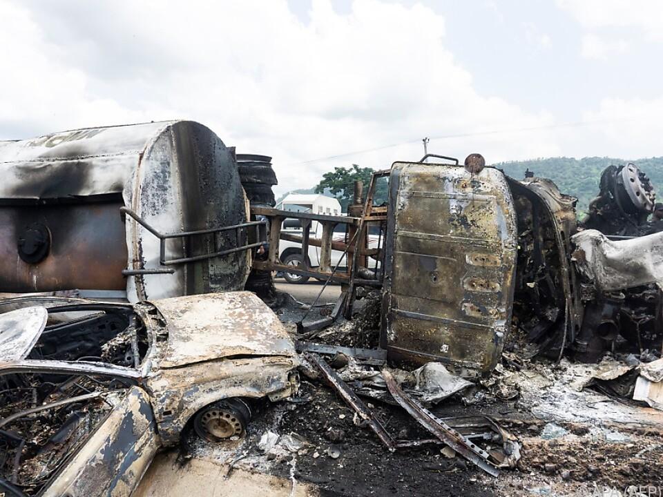 Tanklastwagen überschlug sich und ging in Flammen auf