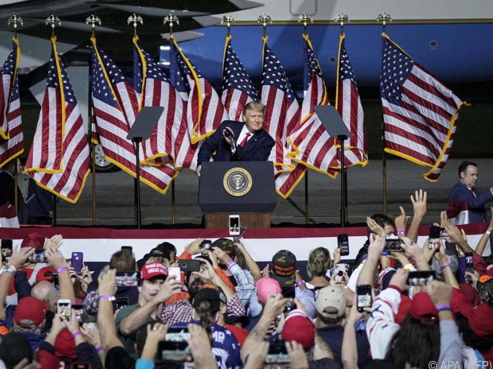 Trump auf einem Flugplatz in Virginia