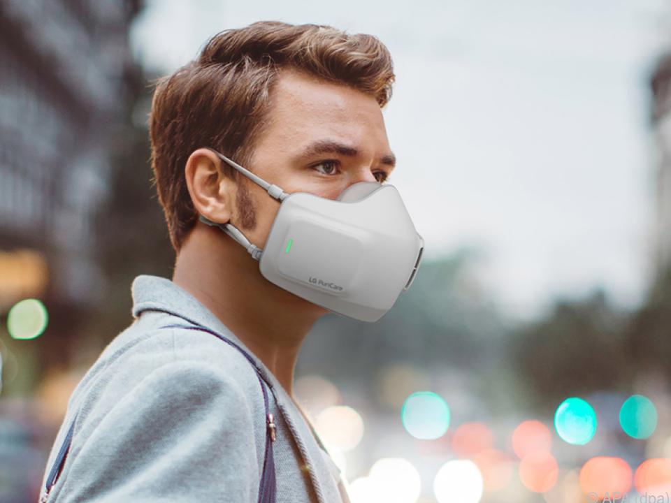 E-Schutzmaske mit Filtern und Ventilatoren