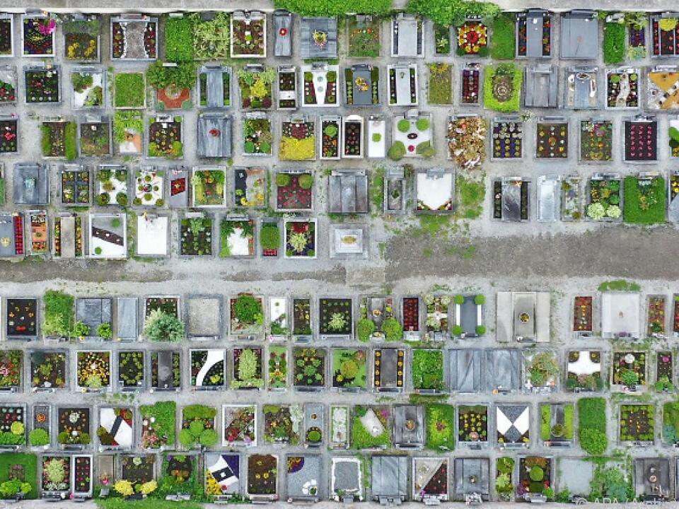 65.633 Menschen starben in den ersten 41 Kalenderwochen 2020 friedhof begräbnis allerheiligen gräber grab sym tod