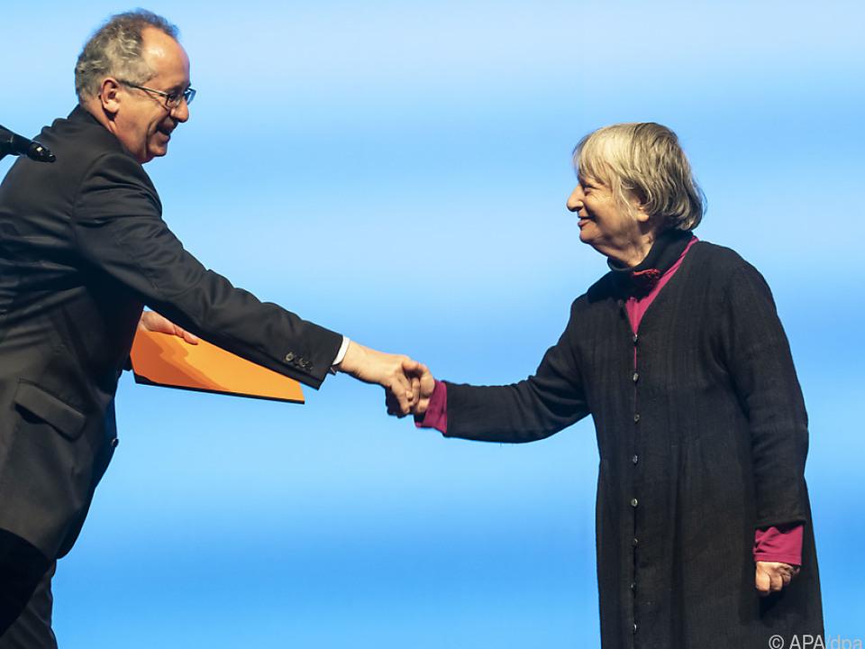 Akademie-Präsident Osterkamp gratuliert Erb mit Sicherheitsabstand