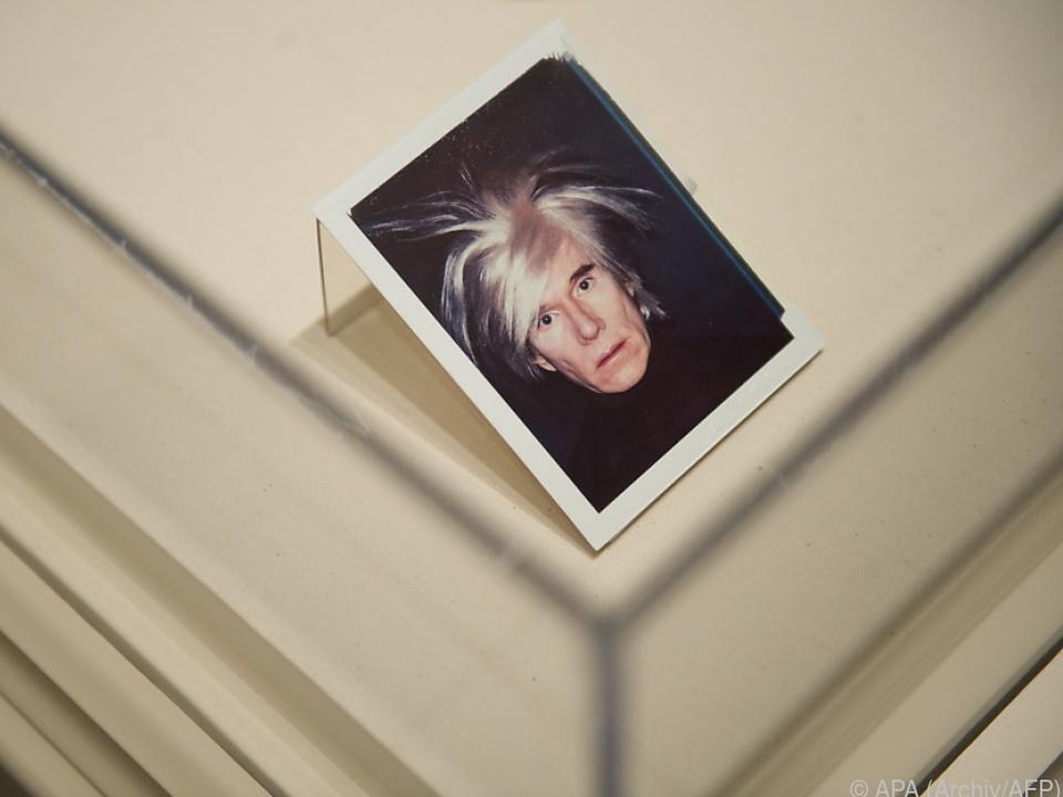 Andy Warhol machte auch Selfies mit Sofortbild-Kamera
