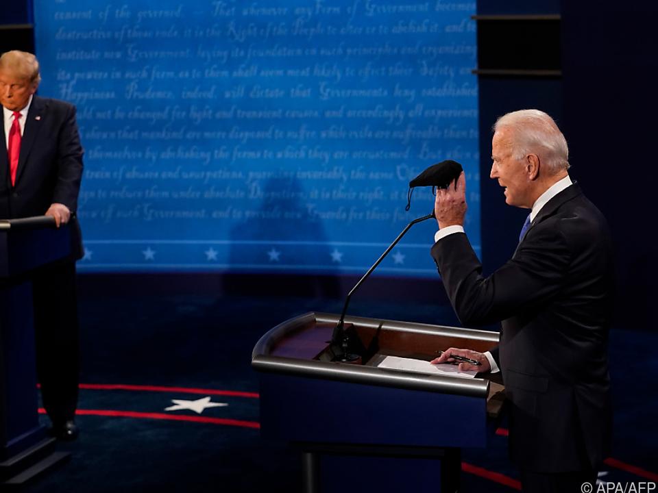 Biden bekräftigt Kritik an Trumps Coronapolitik mit einer Maske