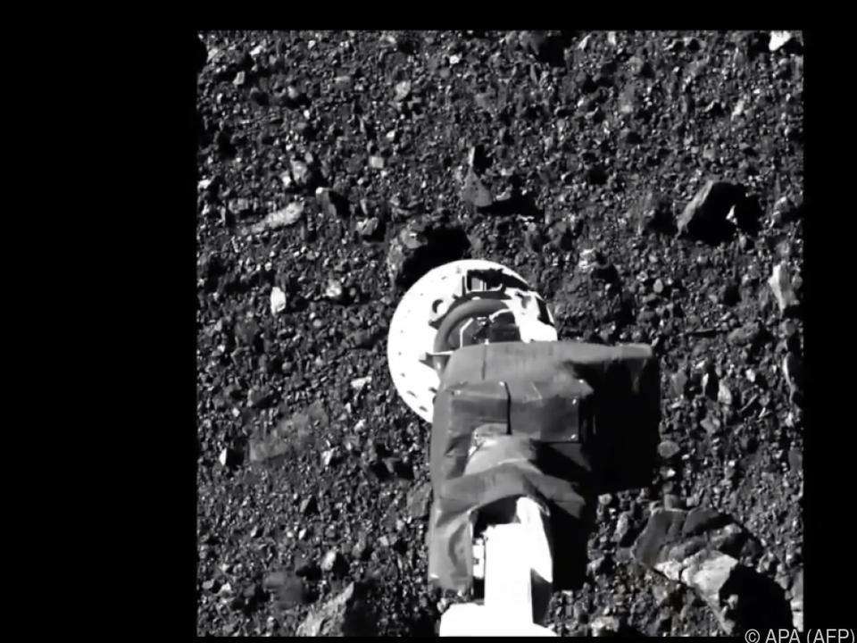 Bild von NASA-Video von der Sonde auf dem Asteroiden Bennu