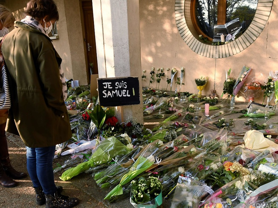 Blumen und Kränze vor der Schule des ermordeten Lehrers