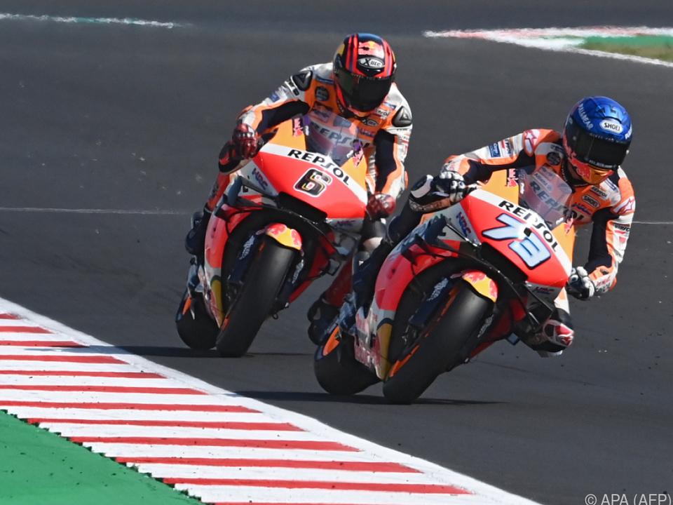 Bradl (links) rückt als Ersatzmann für Marquez (rechts) nach