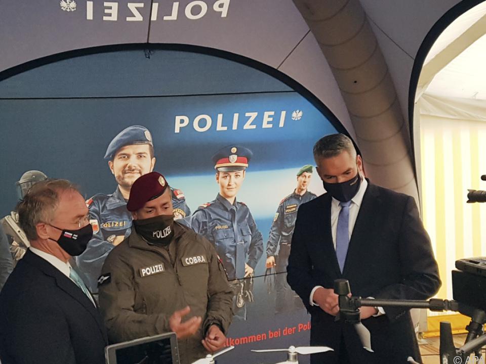 Die beiden Innenminister begutachten eine Drohne