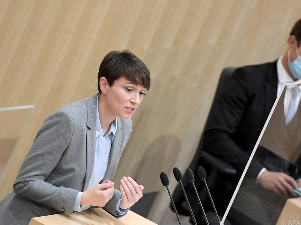 Die Grüne Klubobfrau Sigrid Maurer mit Finanzminister Gernot Blümel