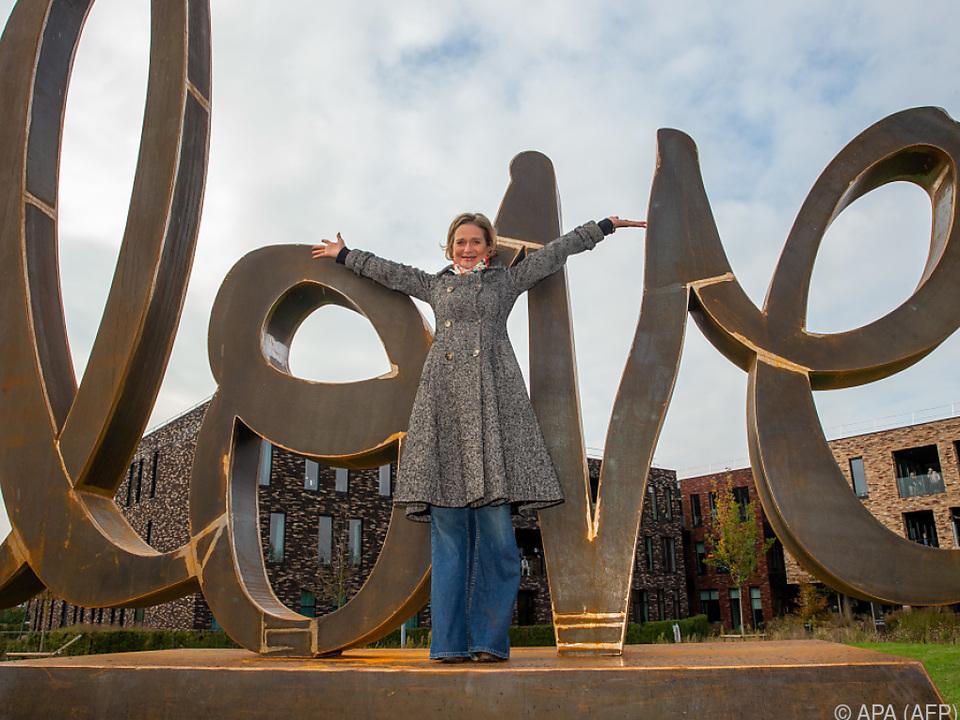Die Prinzessin vor ihrer Skulptur \