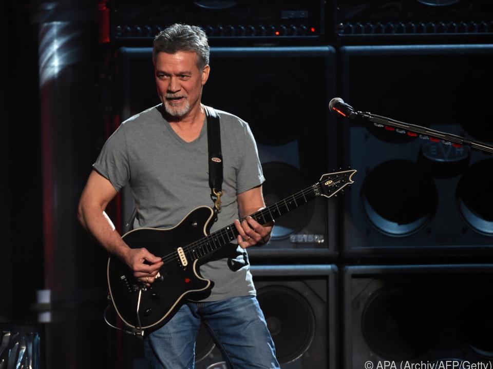 Eddie Van Halen spielte mit selbst entworfenen Gitarren