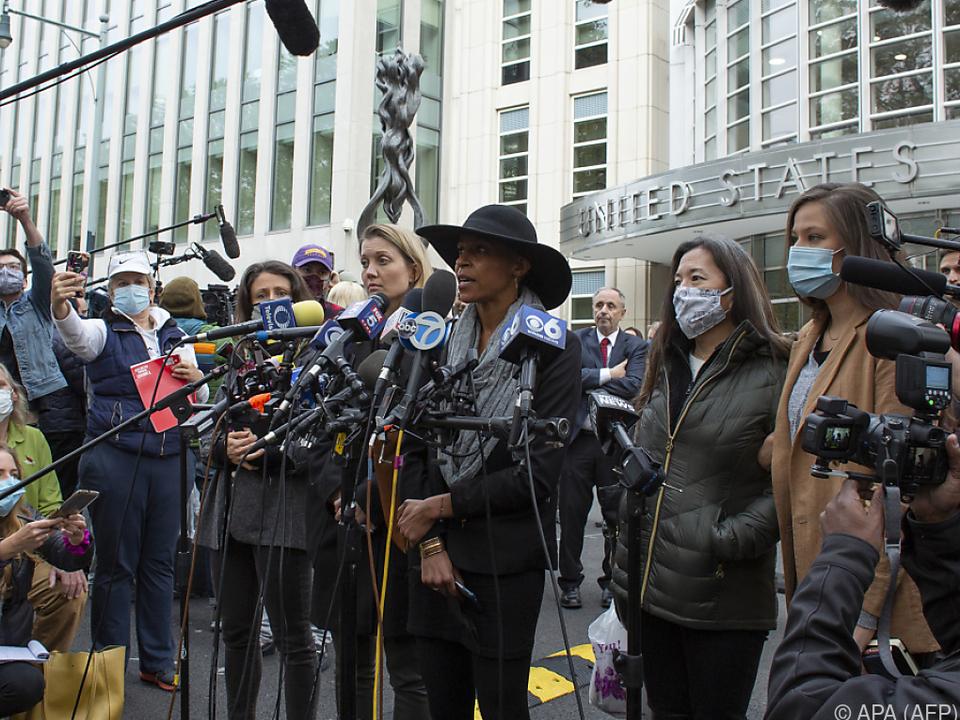 Ehemalige Mitglieder von Nxvim sprechen mit Reportern