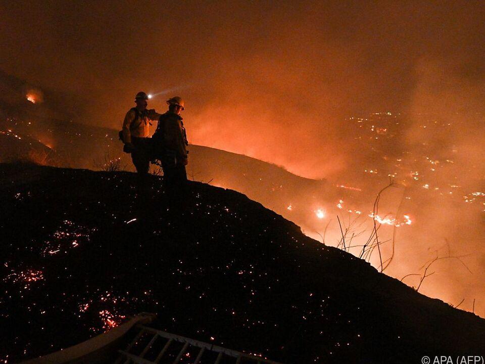 Einsatzkräfte vor der Feuersbrunst