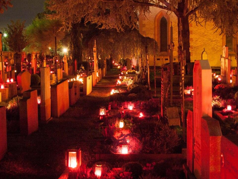 Friedhof Kerzen gräber allerheiligen