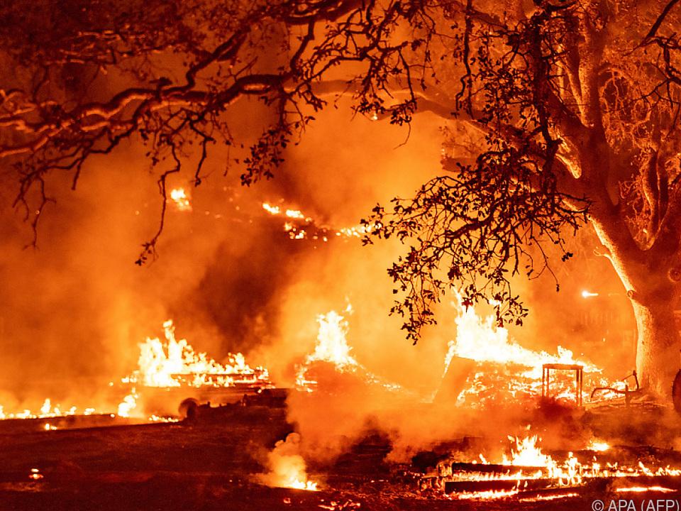 Funkenflug angefacht durch Windböen könnte weitere Feuer auslösen