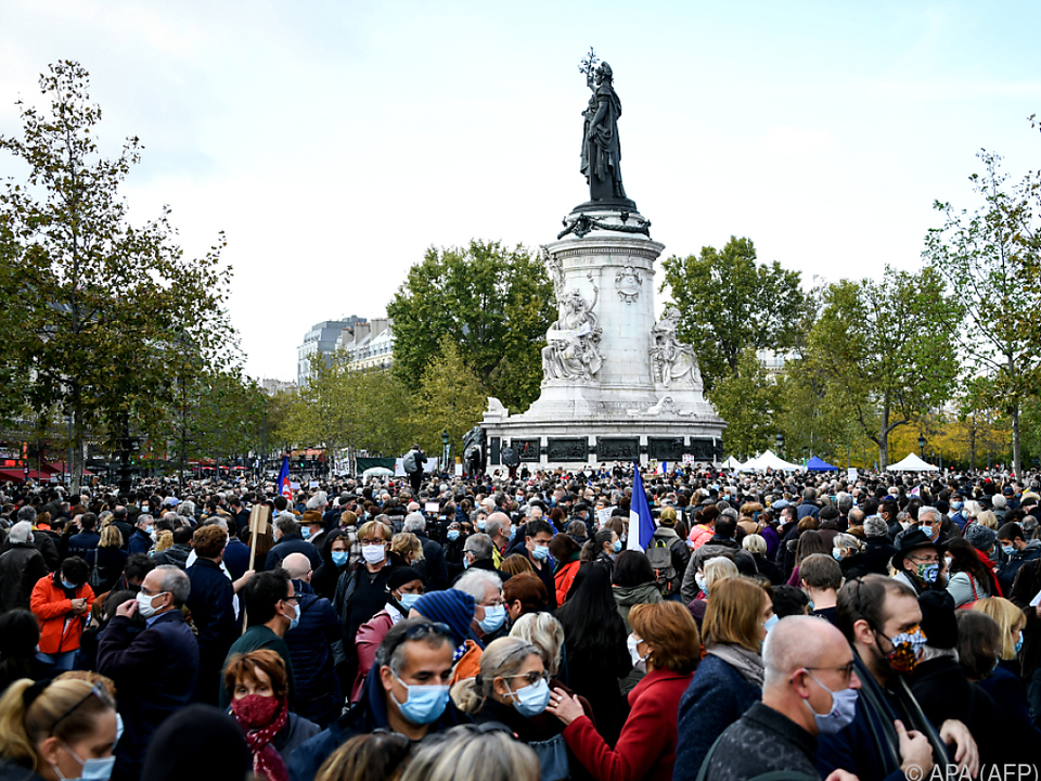 Menschen setzen ein Zeichen gegen Terror