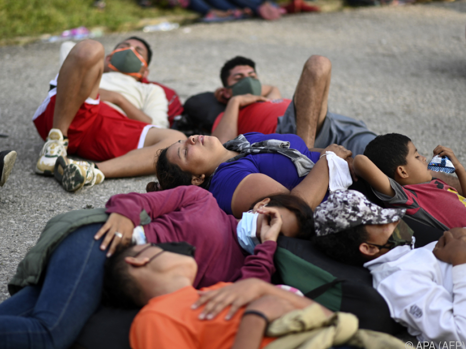 Migranten aus Honduras ruhen auf dem Weg in die USA