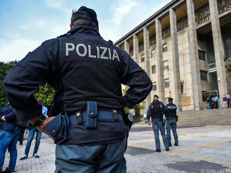 Polizeipräsenz vor dem Gerichtsgebäude in Catania