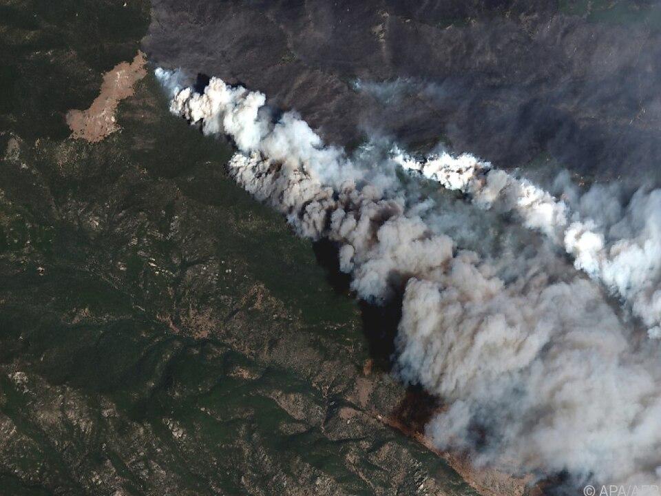 Satellitenbilder zeigen riesige Rauchwolken