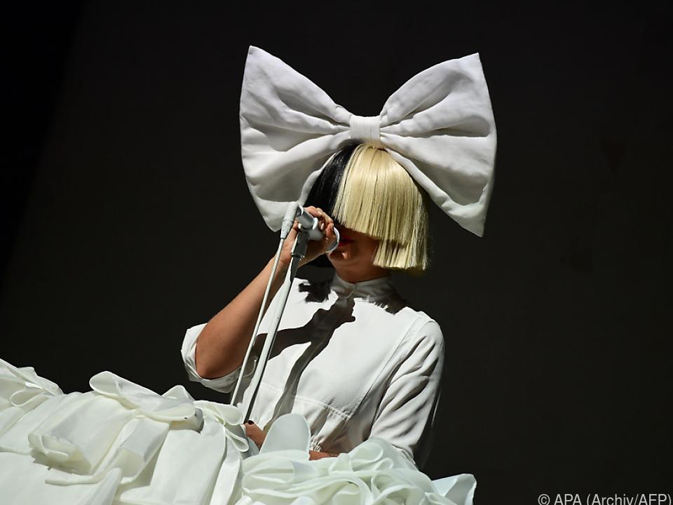 Sia verdeckt ihr Gesicht bei Auftritten oft mit Perücken