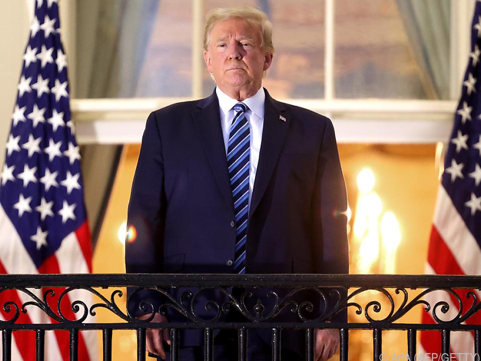 Staatstragend zeigte sich Trump auf einem Balkon des Weißen Hauses