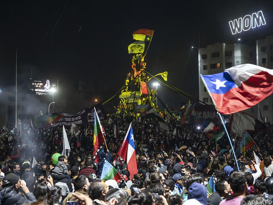 Unterstützer feiern in Santiago die Zustimmung zur neuen Verfassung