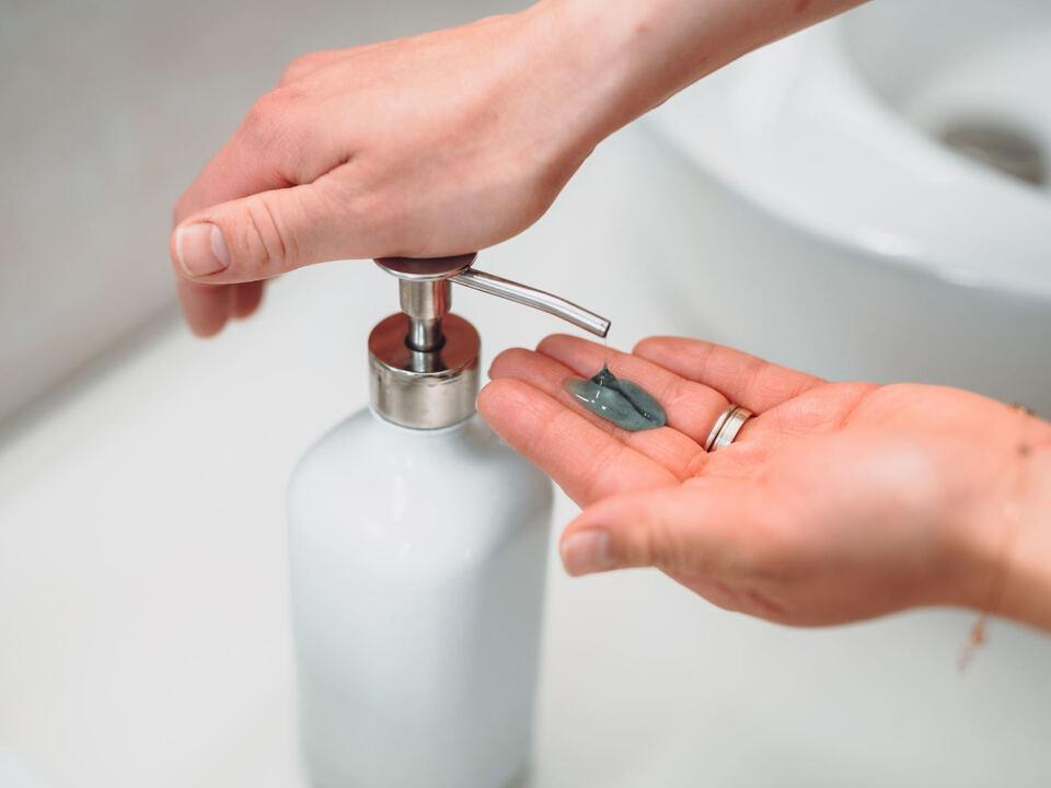 1086744_woman_washing_hands