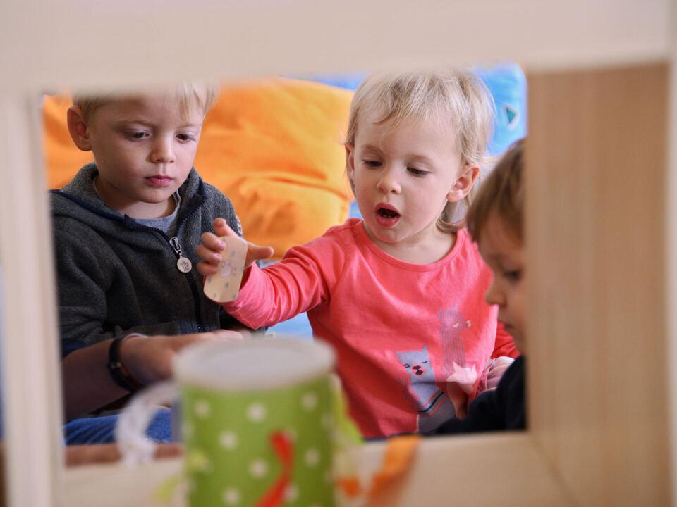 Landesrätin Waltraud Deeg spricht sich für einen möglichst schnellen Übergang in den Präsenzdienst in den Kleinkindbetreuungen aus. (Foto: LPA/Greta Stuefer)