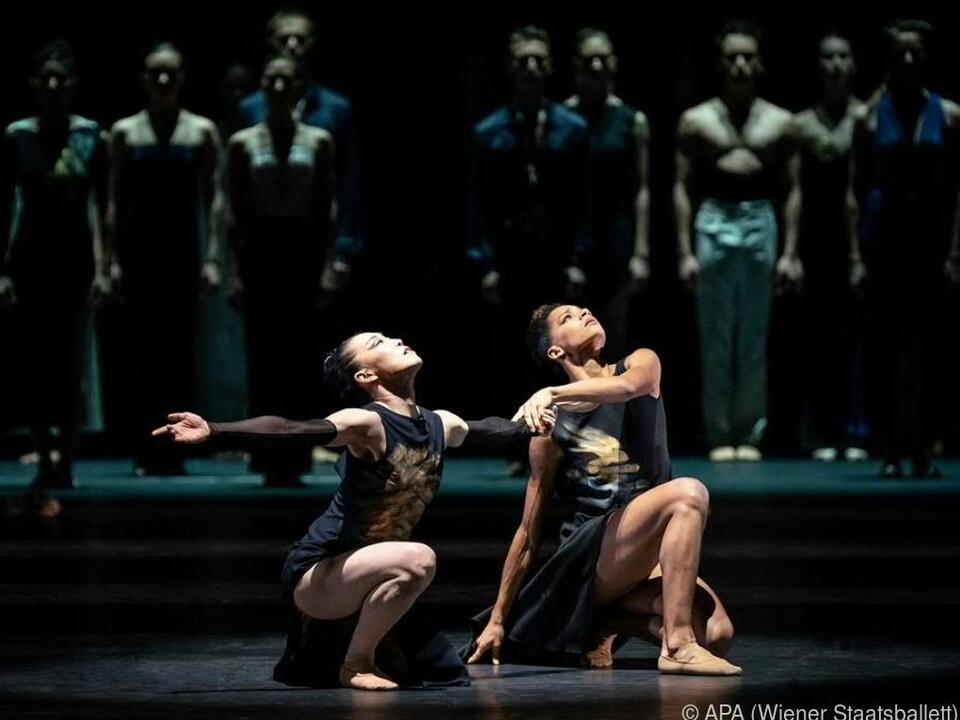Yuko Kato, Rebecca Horner und Ensemble in \