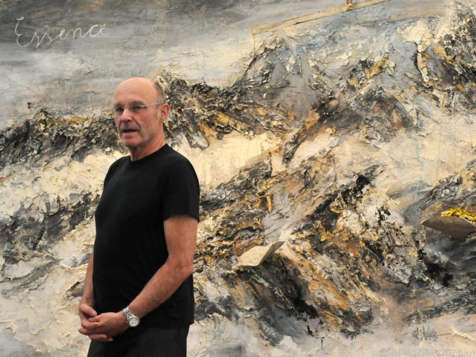 Anselm Kiefer posiert vor einem seiner Werke