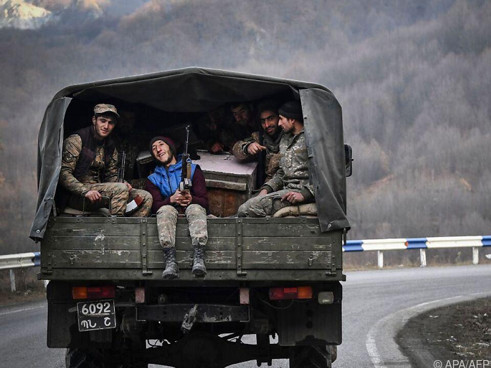 Armenische Soldaten auf einem Armeefahrzeug