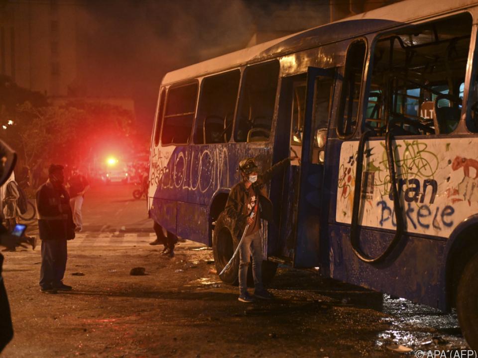 Auch ein Bus wurde im Zuge der Proteste angezündet