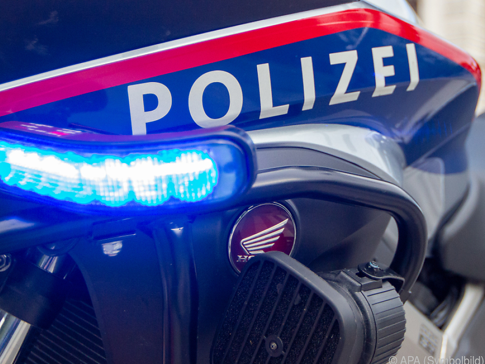 Autolenkerin übersah den Beamten an der Unfallstelle