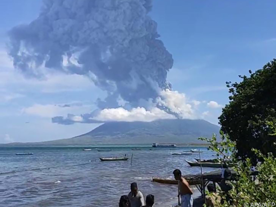 Bedrohliche Rauchwolken über Vulkan lli Lewotolok