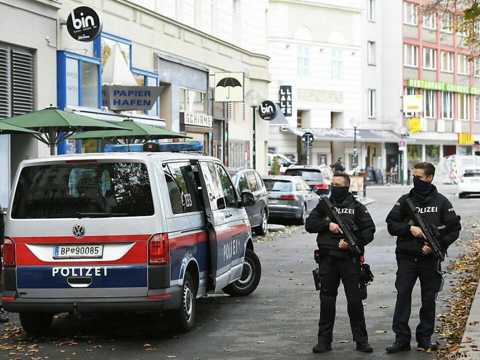 Bereitschaftspolizei am Tag danach am Tatort