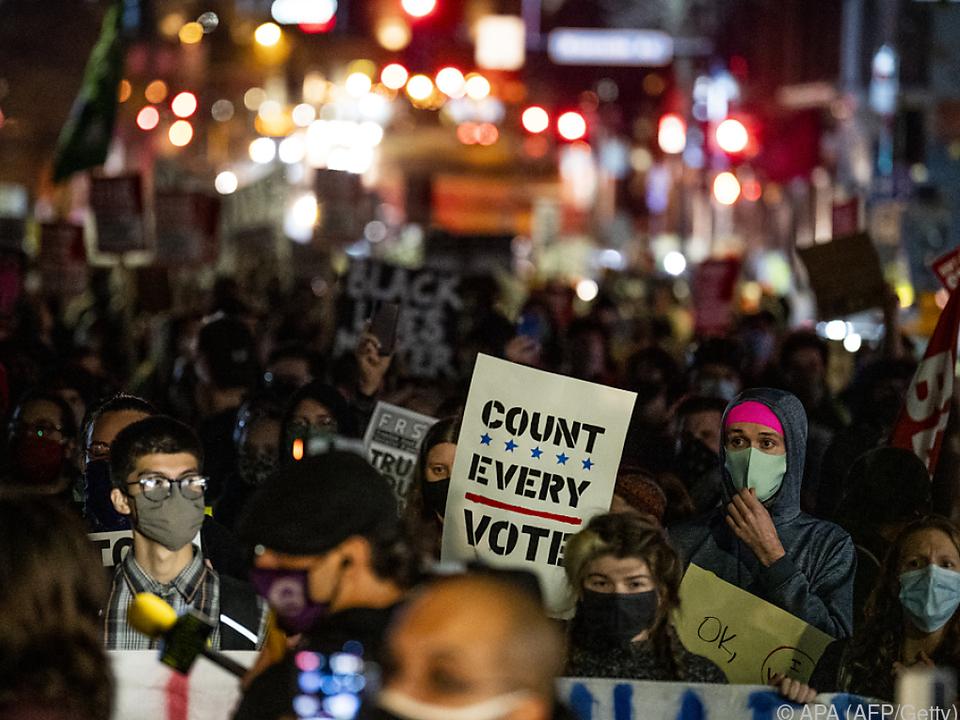 Demonstranten gegen Stopp der Stimmenauszählung