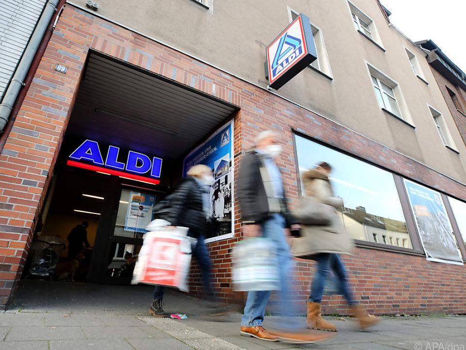 Die letzten Kunden verlassen die Aldi-Filiale im Essener Stammhaus