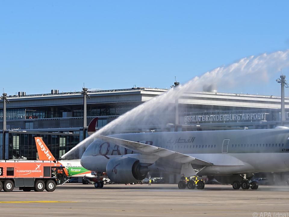 Flughafenfeuerwehr begrüßte das Flugzeug mit einer Wasserfontäne