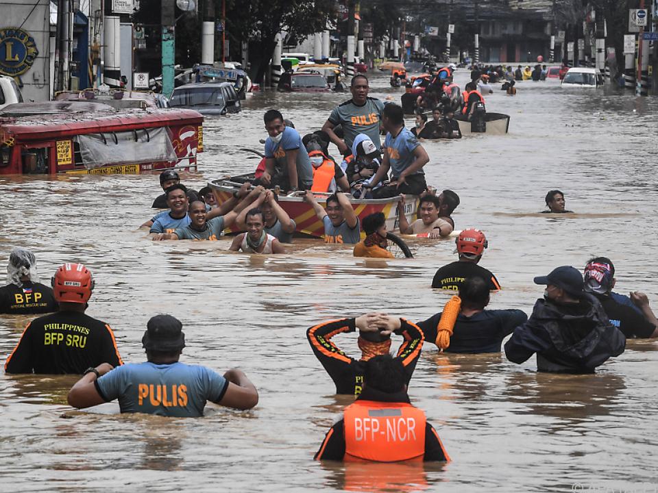 Fluten in den Straßen eines Vororts von Manila