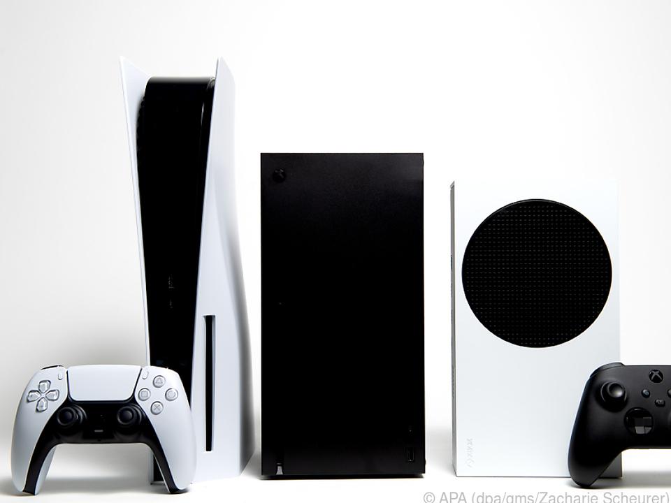 Generationen-Treffen: Playstation 5 (li.), Xbox Series S und Xbox Series X
