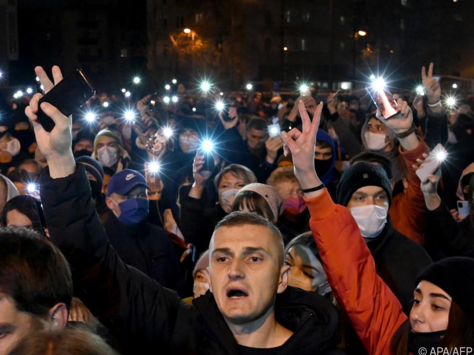 Handys leuchten für umgekommenen Oppisitionellen