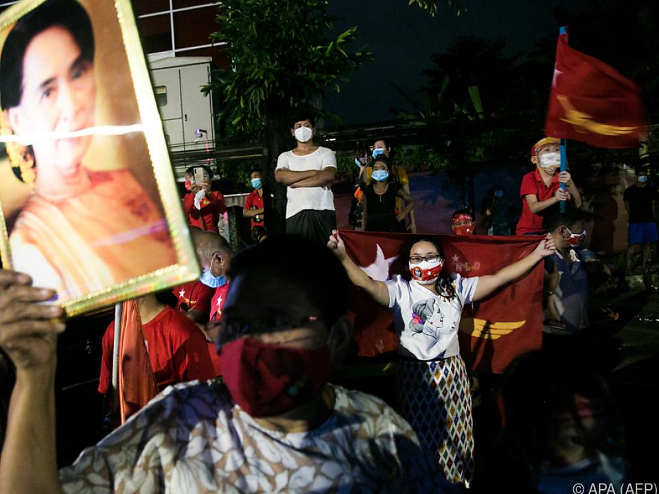 Jubel bei den Unterstützern von Suu Kyi