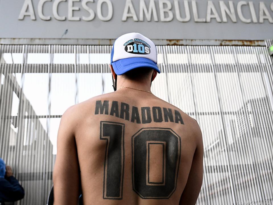 Maradona-Fan wartet vor den Toren des Spitals
