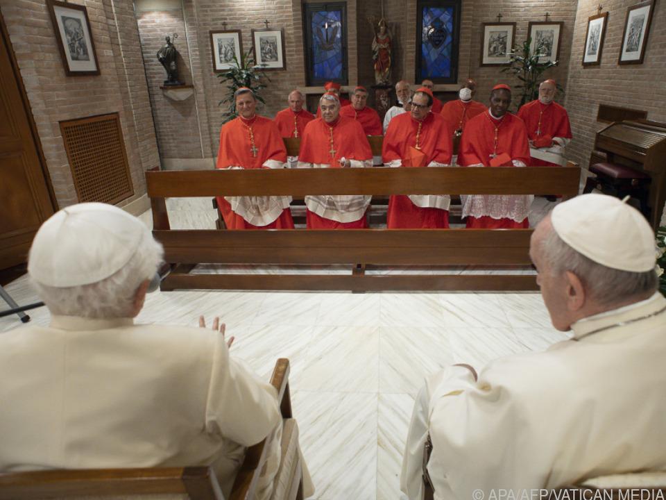 Neue Kardinäle bei Treffen mit dem alten und dem aktuellen Papst