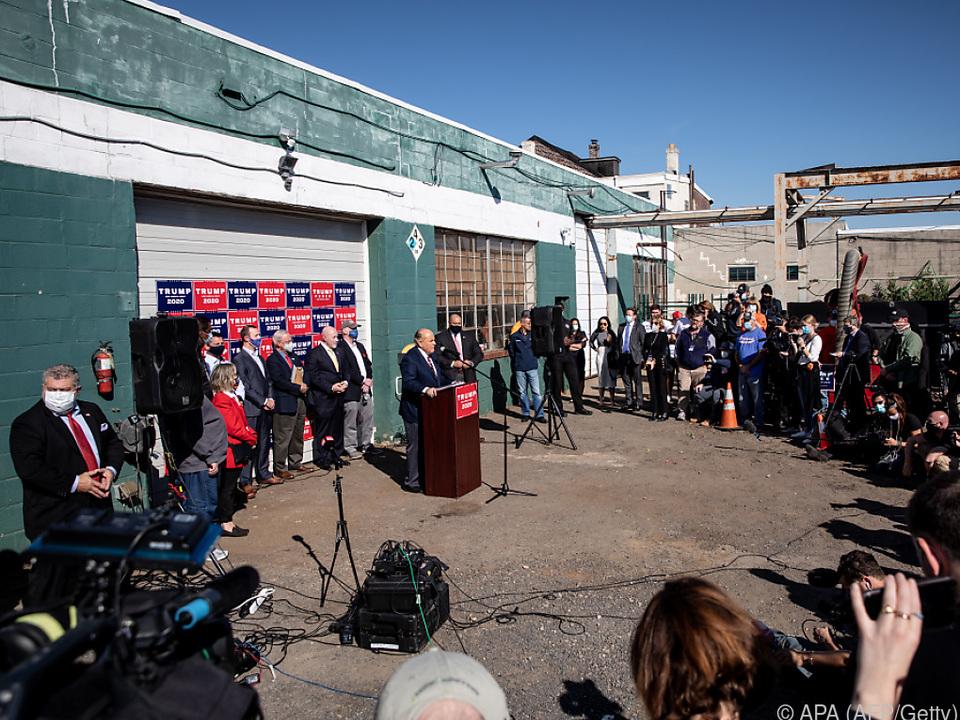 Pressekonferenz von Giuliani auf Parkplatz