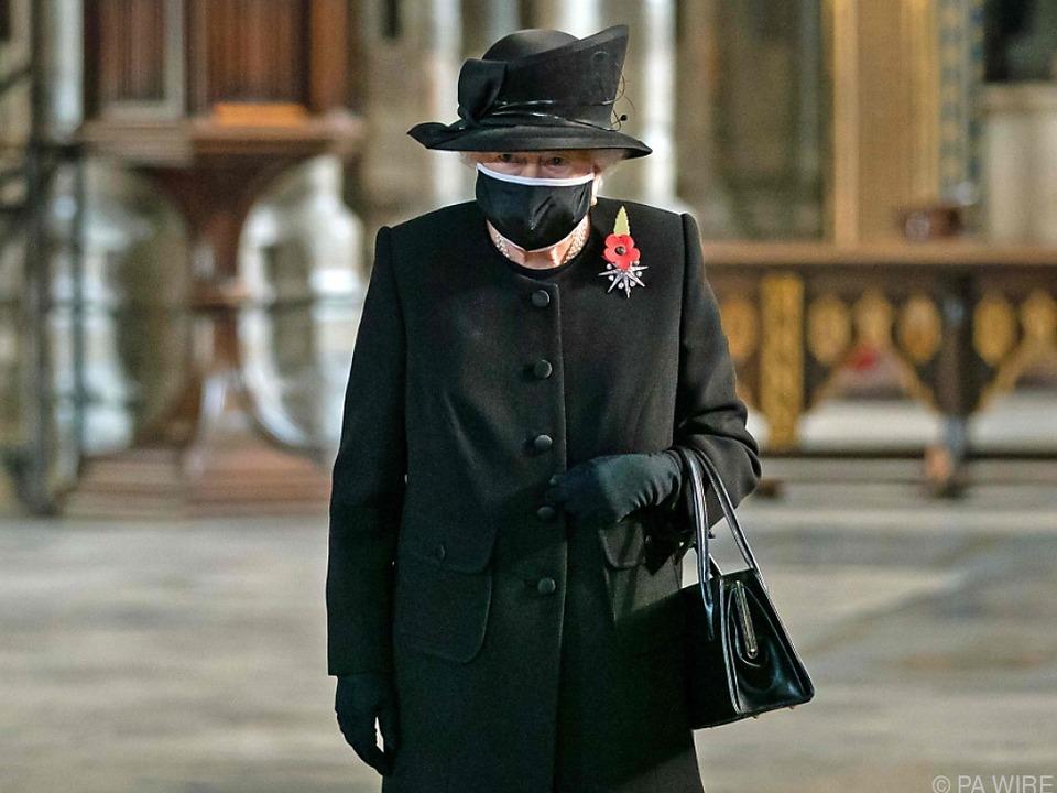 Queen besuchte mit Maske Grabmal des unbekannten Soldaten
