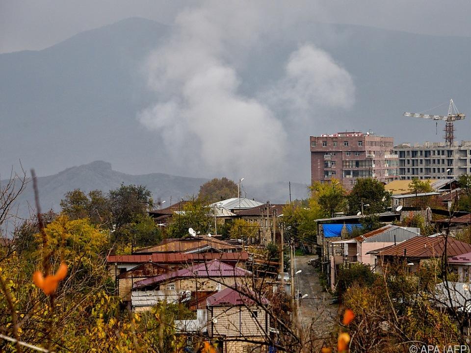 Rauch steigt auf nach einer Explosion in Stepanakert