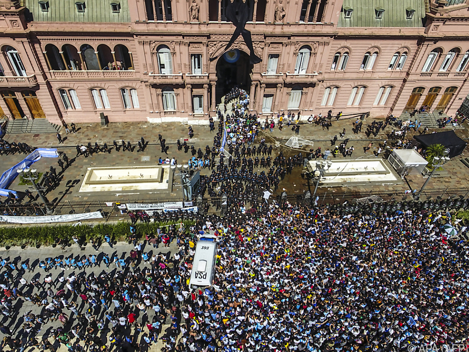 Riesenandrang vor der Casa Rosada in Buenos Aires