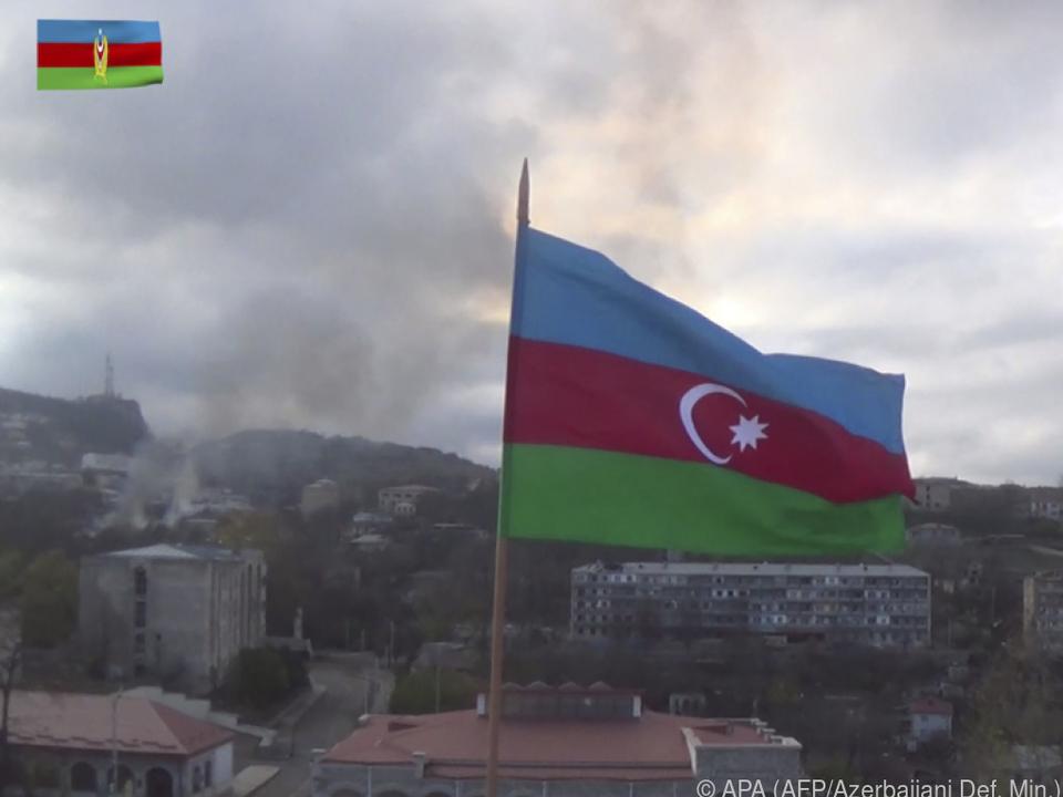 Über Teilen von Berg-Karabach weht die Flagge von Aserbaidschan